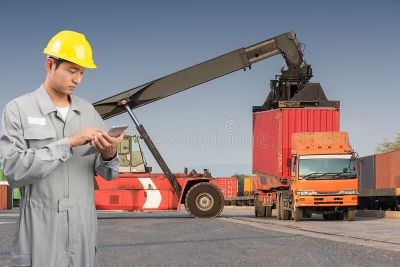 Brygadiera stojaka czeka pastylka na frontowego forklift ładowniczych zbiornikach zdjęcie stock