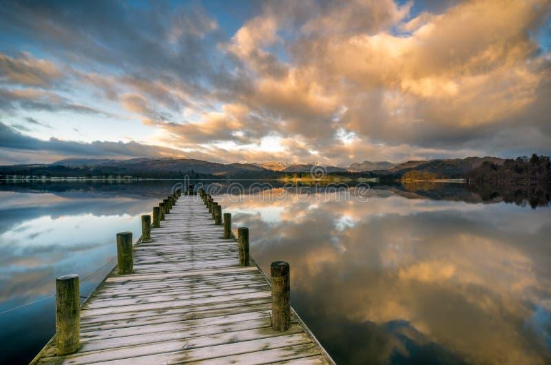 Brygga över Windermere sjön med att bedöva moln arkivbilder