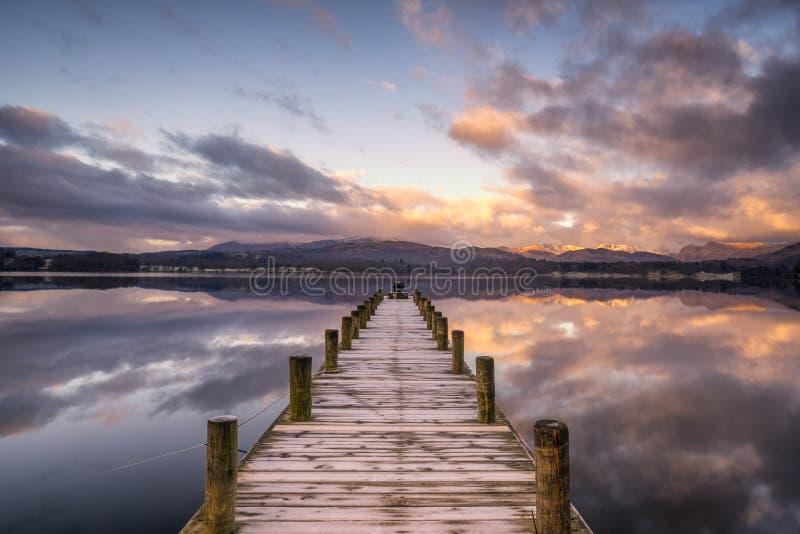 Brygga över Windermere sjön med ottasolljus arkivfoton