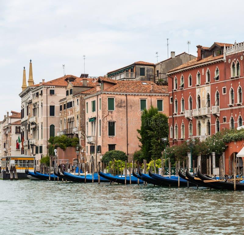 Brygga med gondoler på en kanal i Venedig, Italien royaltyfria bilder
