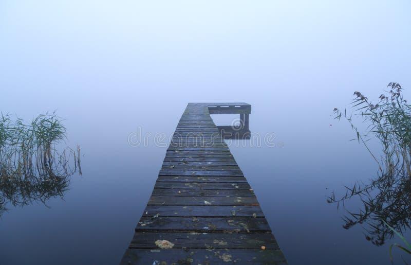 Brygga och dimma fotografering för bildbyråer