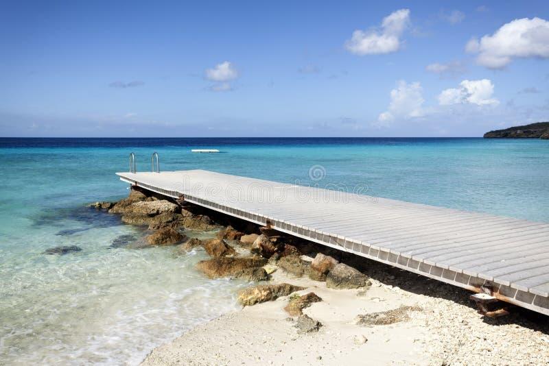 Brygga på den tropiska stranden fotografering för bildbyråer