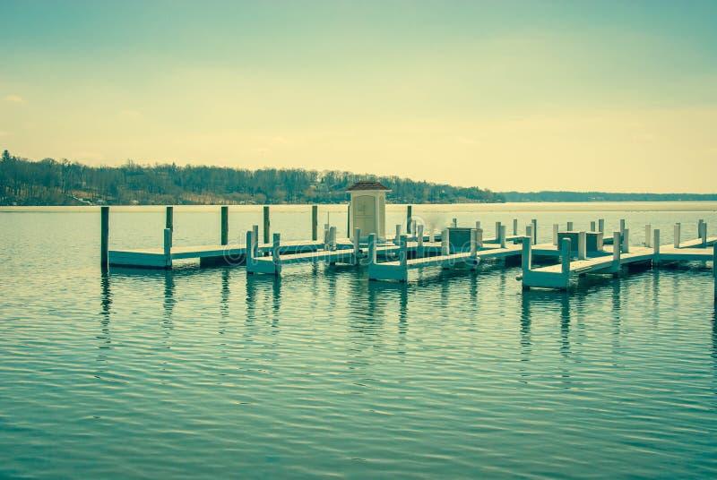 Brygga på en sjö royaltyfria bilder