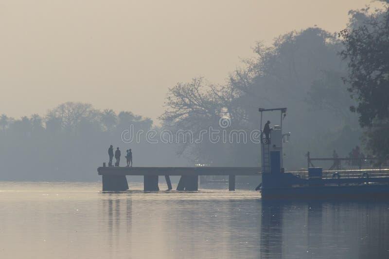Brygga på Georgetown från den Gambia floden royaltyfria bilder