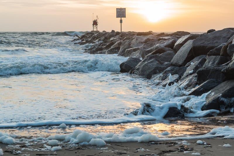 Brygga på gryning på Virginia Beach Oceanfront royaltyfri foto