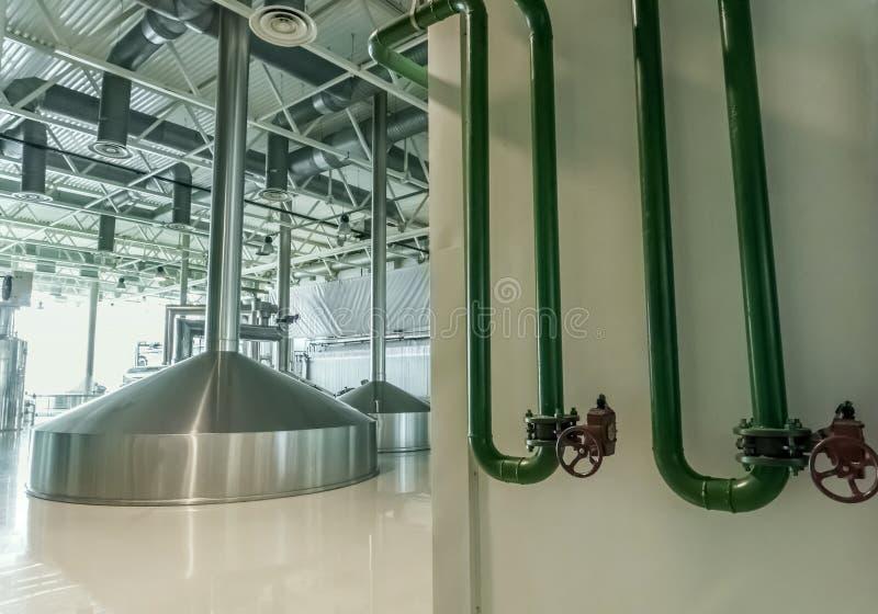 Brygga produktion - mosa vats och rostfritt stål arkivbilder
