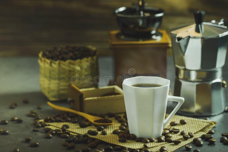 Brygga svart kaffe i en vit kopp- och morgonbelysning royaltyfria bilder