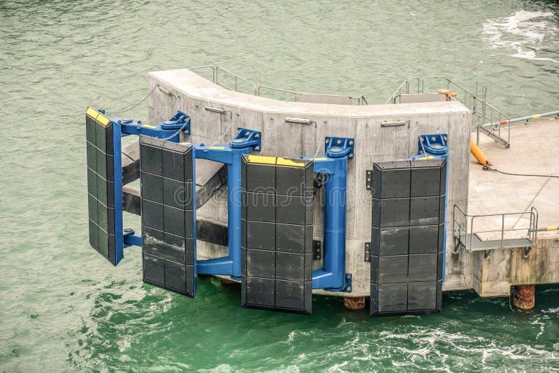 Bryggastänkskärmsystem som skyddar bryggan från skeppskada arkivbild