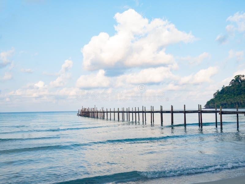 Bryggaträbro in i det blå havet och himmel över pirvatten semester för turism för strandbegreppssunbeds tropisk semesterort Brygg royaltyfria bilder