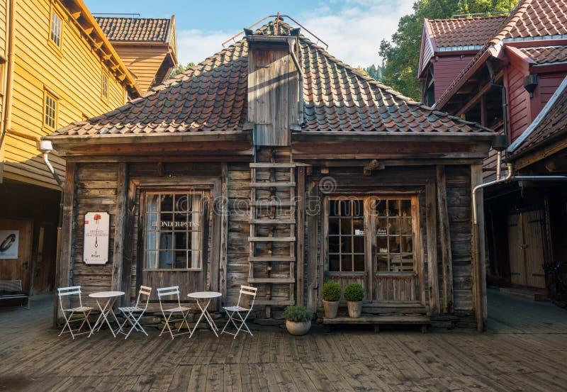 Bryggen hace compras en Bergen Norway fotos de archivo