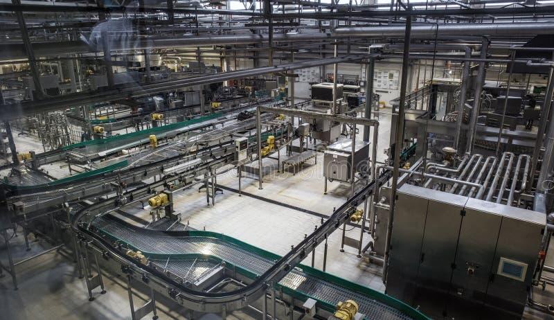 Bryggerifabriksproduktionslinje Transportör, rörledning och annat industriellt maskineri, inga personer arkivfoto