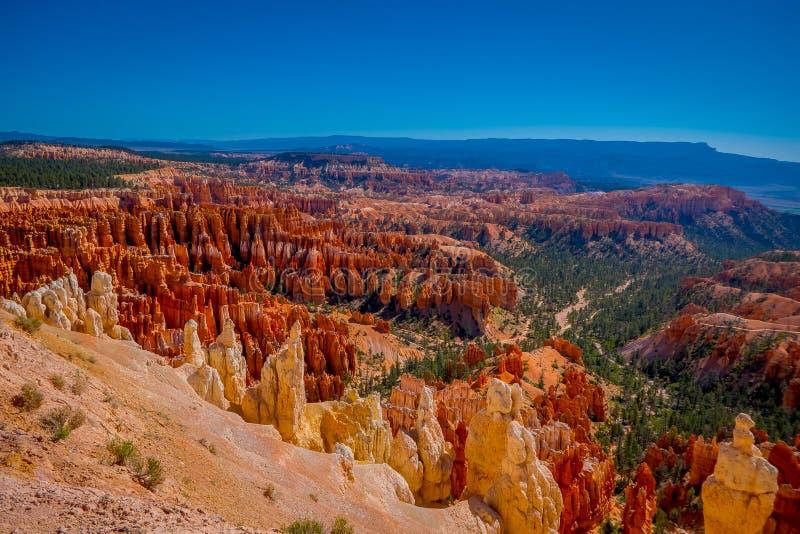 Bryka amfiteatr w pięknym słonecznym dniu i niebieskie niebo w Bryka jaru parku narodowym, Utah obrazy stock
