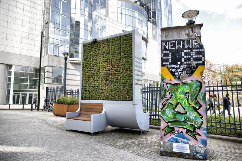 Bryssel Belgien - April 10, 2018: Apparat för filter för mossa för vägg för CityTree föroreningborttagning som bosatt på EU-parla royaltyfria foton