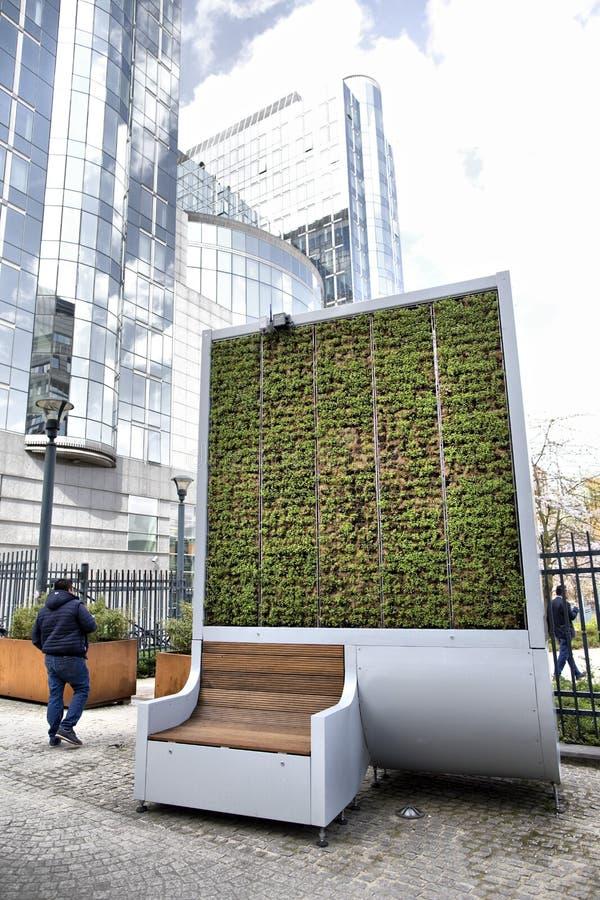 Bryssel Belgien - April 10, 2018: Apparat för filter för mossa för vägg för CityTree föroreningborttagning som bosatt på EU-parla arkivbilder