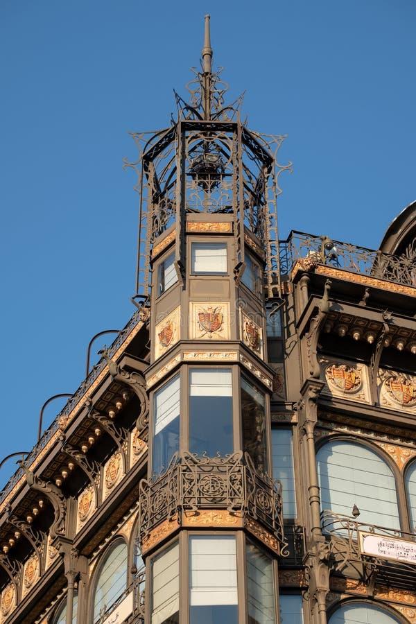 Bryssel Belgien: Fasad av Art Nouveau Musical Instruments Museum, när ett varuhus som kallas Gammal England arkivfoton