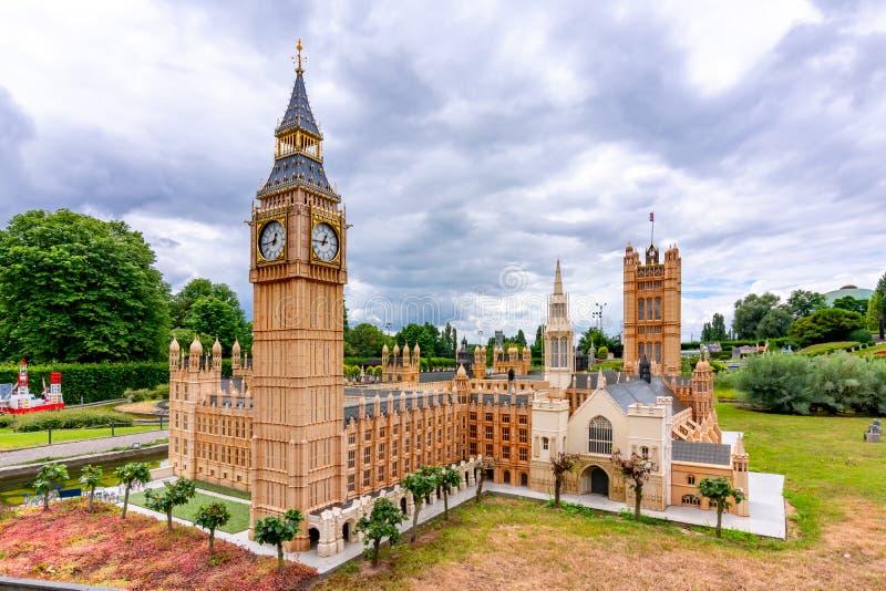 Bryssel, Belgien - juni 2018: Big Ben och Westminster-palatset i mini Europe Park fotografering för bildbyråer