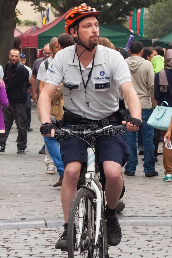BRYSSEL BELGIEN - SEPTEMBER 06, 2014: Inspektören av den belgiska federala polisen för bevakning arkivfoton