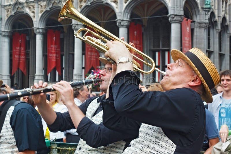 BRYSSEL BELGIEN - SEPTEMBER 07, 2014: Musikalisk kapacitet på den storslagna fyrkanten royaltyfri fotografi