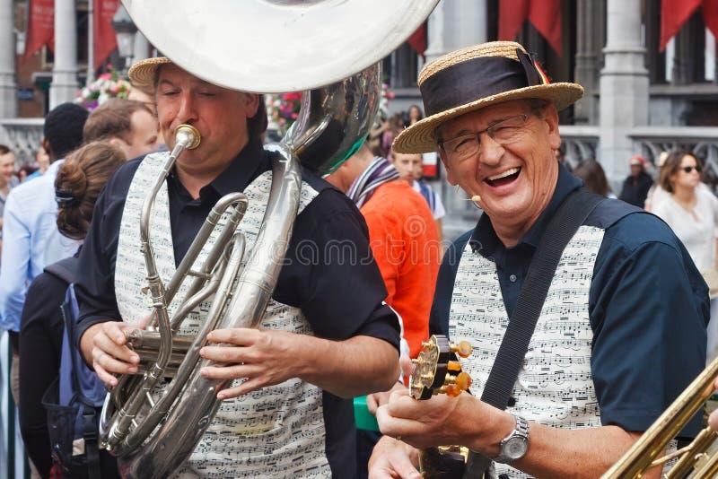 BRYSSEL BELGIEN - SEPTEMBER 07, 2014: Musikalisk kapacitet på den storslagna fyrkanten i mitten av Bryssel royaltyfri fotografi