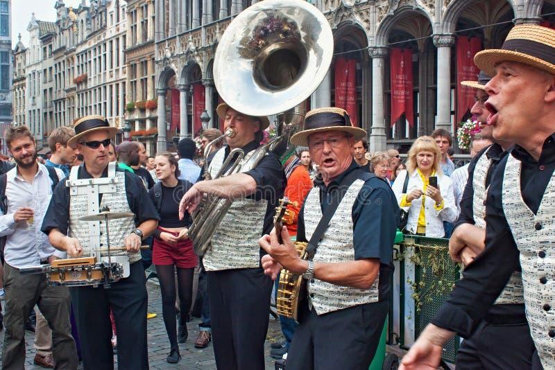 BRYSSEL BELGIEN - SEPTEMBER 07, 2014: Musikalisk kapacitet på den storslagna fyrkanten i mitten av Bryssel arkivfoto