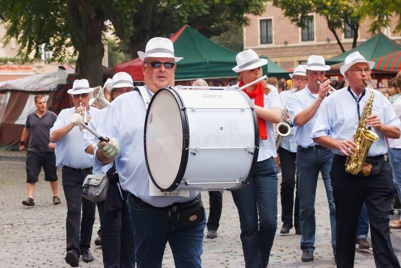 BRYSSEL BELGIEN - SEPTEMBER 06, 2014: Musikalisk procession i mitten av Bryssel fotografering för bildbyråer