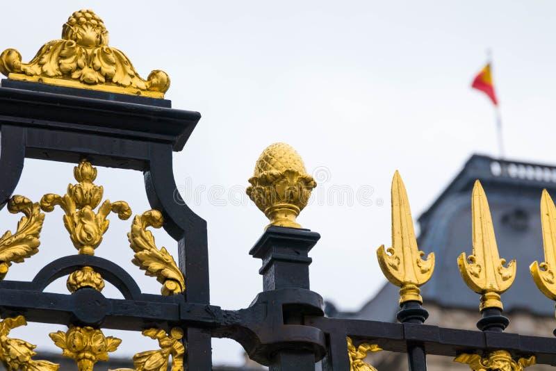 Bryssel/Belgium-01 02 19: Guld- staket av den kungliga slotten i Bryssel Belgien royaltyfria bilder
