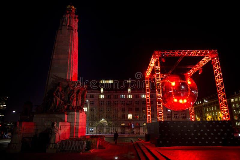 BRYSSEL - DECEMBER 6: Installation för diskobollljus på stället Poelaert som delen av den ljusa Bryssel vintern på December 6, 20 royaltyfri fotografi