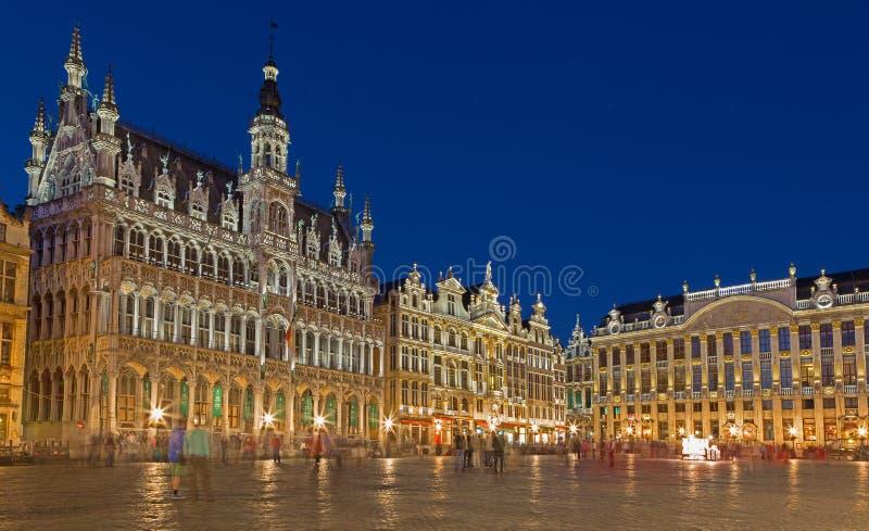 Bryssel - den huvudsakliga fyrkanten och den Ggrand slotten i afton Grote Markt royaltyfria foton