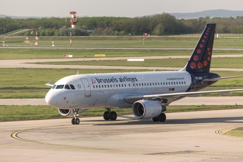 Bryssel flygbolagflygplan på den budapest flygplatsen Ungern royaltyfria foton