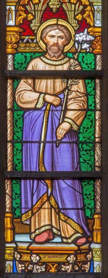 Bryssel - målat glassfönster som visar St Joseph med barnet i domkyrkan av St Michael arkivbilder