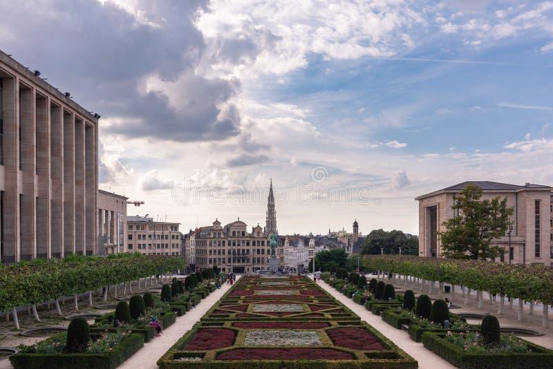 Bryssel sikter av stadshuset och mitten av den gamla staden från de Mont des-konsterna på en molnig dag, Belgien arkivbilder