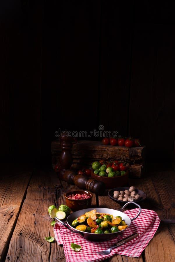 Bryssel spirar potatispannan med bacon i lantlig stil arkivbilder