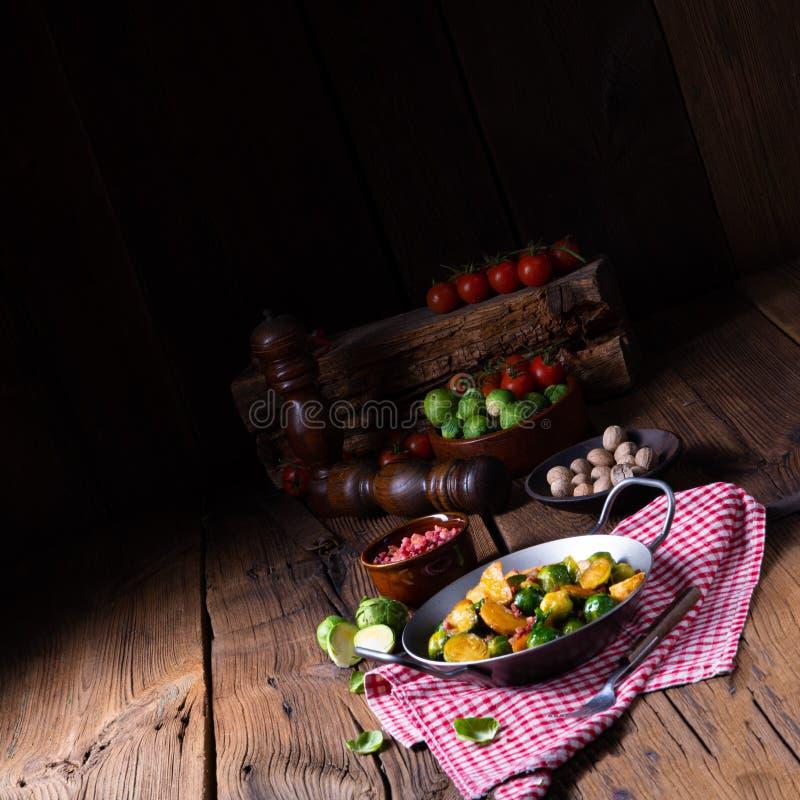 Bryssel spirar potatispannan med bacon i lantlig stil arkivbild