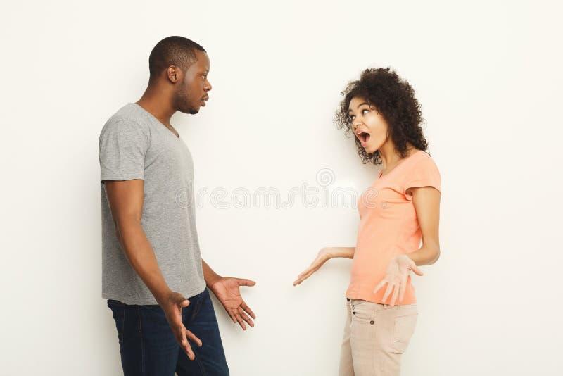 Bryt upp, ilskna par som ropar på de arkivbilder