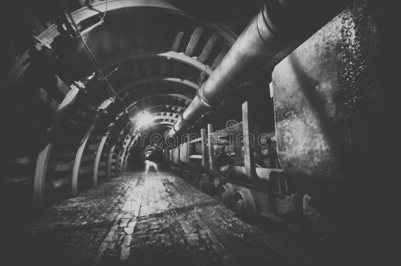 bryta drevtunnelbanan fotografering för bildbyråer