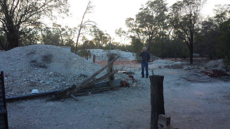 Bryta för opal och att bryta liv i NSW-vildmarken Opal Fields, New South Wales, Australien royaltyfri foto