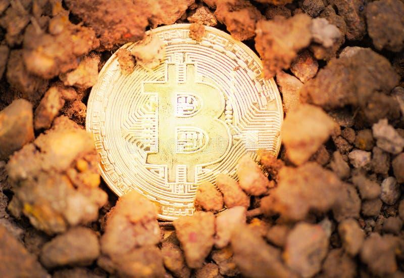 Bryta guld- Bitcoins på djup faktisk cryptocurrencybitcoin för jordjord som bryter begrepp royaltyfria bilder