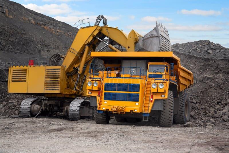 bryta lastbil för stor grävskopa royaltyfri foto
