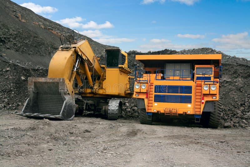 bryta lastbil för stor grävskopa royaltyfria foton