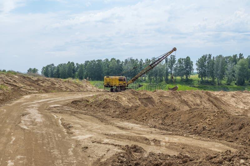 Bryta sten på utvecklingen av lera för tegelstenproduktion fotografering för bildbyråer