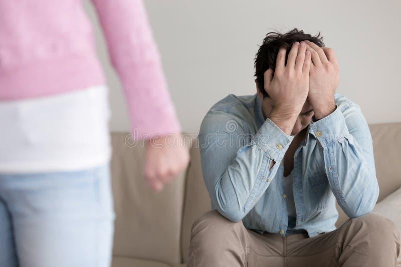 Bryta upp, förargar kvinnan som lämnar, den övergav pojkvännen, att avsluta som var beträffande royaltyfria bilder