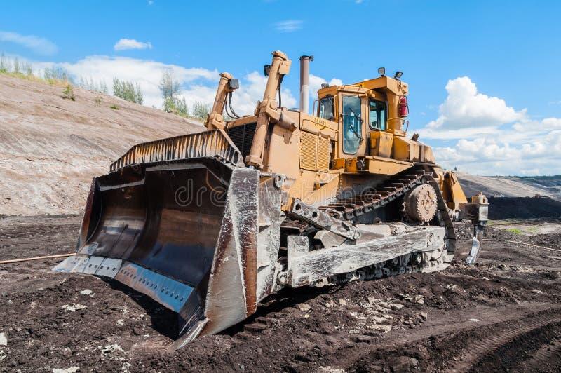 Bryta utrustning eller att bryta maskineri, bulldozern från öppen-grop eller dagbrottet som kolproduktionen arkivbild