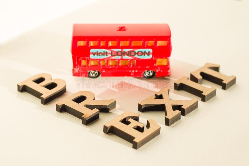 Brytania wyjście od Europejskiego zjednoczenia, Brexit słowa abstrakt w roczników listach, tła dwoistego decker autobusu zabawki  fotografia royalty free