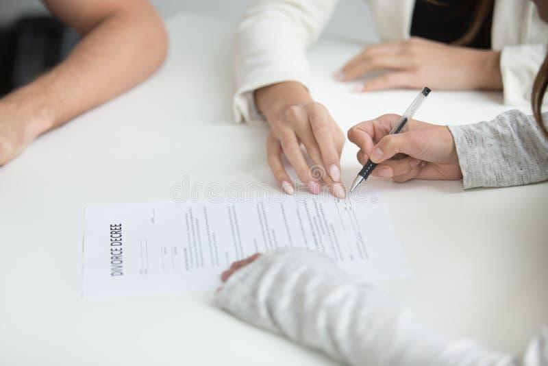 Bryter det undertecknande skilsmässadekretet för frun efter upp beslut royaltyfri fotografi