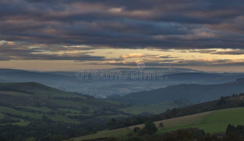 Brytyjscy wsi wzgórza przy Mglistym Jesiennym rankiem obrazy royalty free