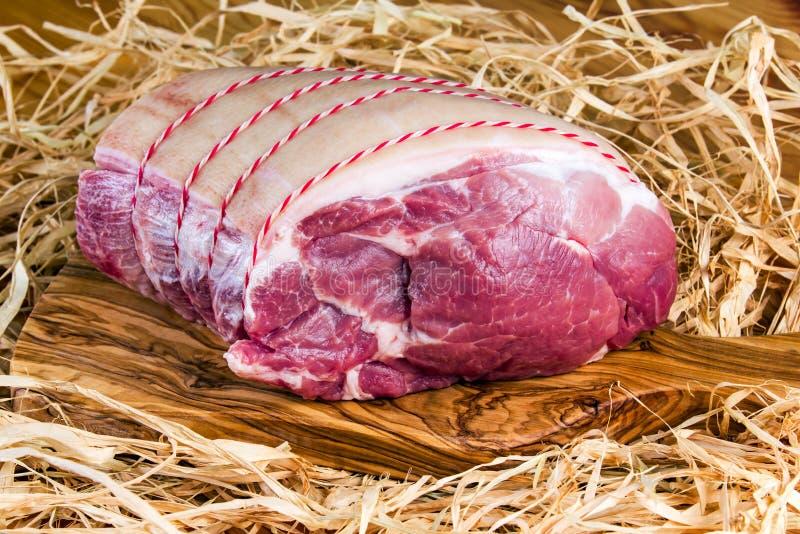 Brytyjski Bezkostny wieprzowiny ramię na tnącej desce i słomie fotografia stock