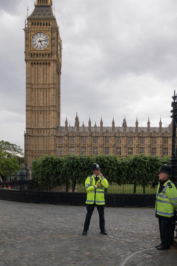Brytyjski policja obok Big Ben w Londyn w Czerwcu 2015 england zjednoczone kr?lestwo fotografia stock