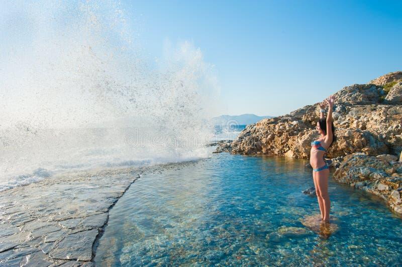 Bryzgać od morza na dziewczynie kobieta bawić się w ocean wodzie zdjęcia stock