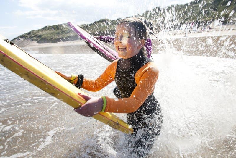 Bryzgać w morzu z Bodyboards fotografia stock