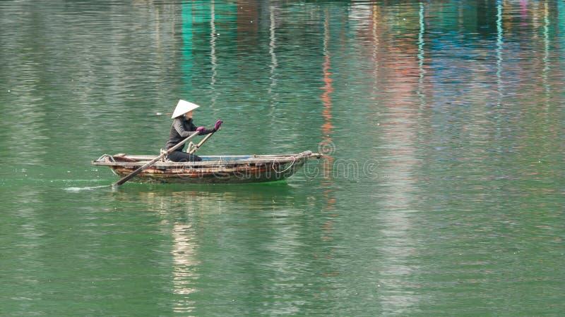 BRZĘCZENIA TĘSK zatoka, WIETNAM AUG 10, 2012 - Karmowy sprzedawca w łodzi. Wiele Vi obraz royalty free